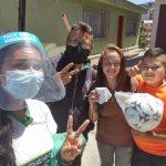 Familias del proyecto Futvalores reciben un balón de regalo en la víspera de Navidad